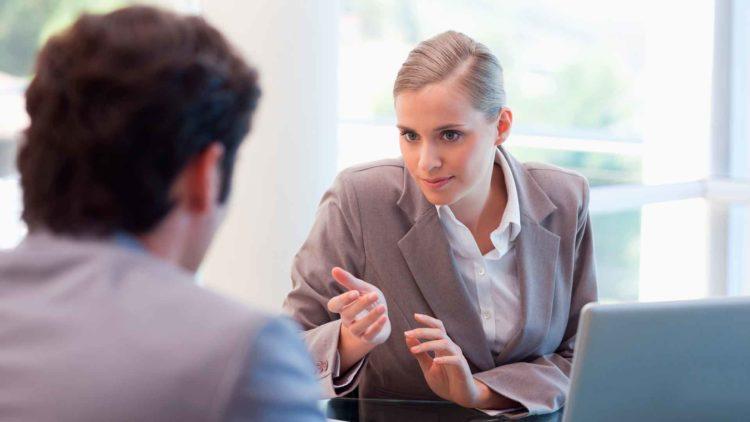 Entfristungsklage: Dürfen Aufträge als Freiberufler angenommen werden und sollte in auftragsfreier Zeit eine Arbeitslosenmeldung erfolgen?